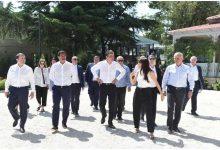 """Photo of """"ქართული ოცნების"""" ლიდერებმა სოფელ კურდღელაურში ახალი სასტუმრო """"ესკიზი"""" დაათვალიერეს"""